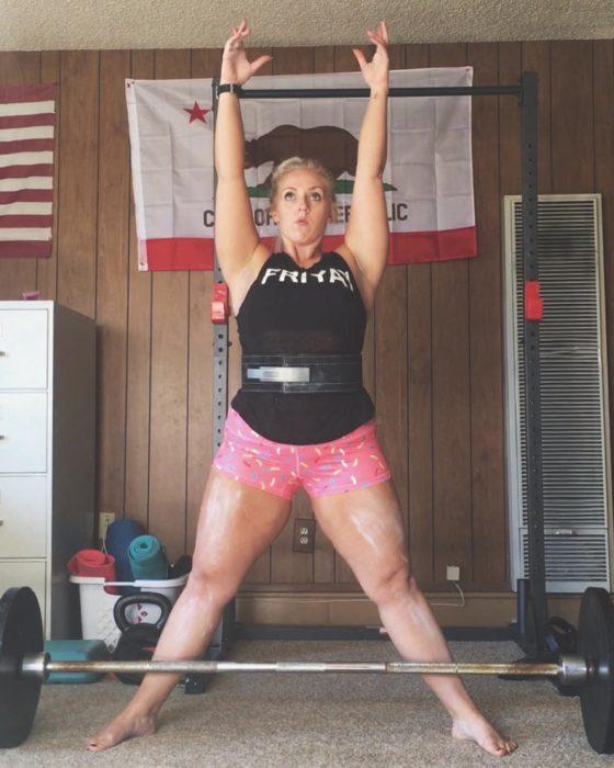 Chica levantando pesas