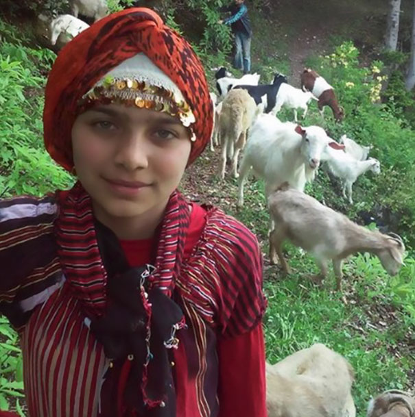 Chica que rescató a una cabra y a su bebé