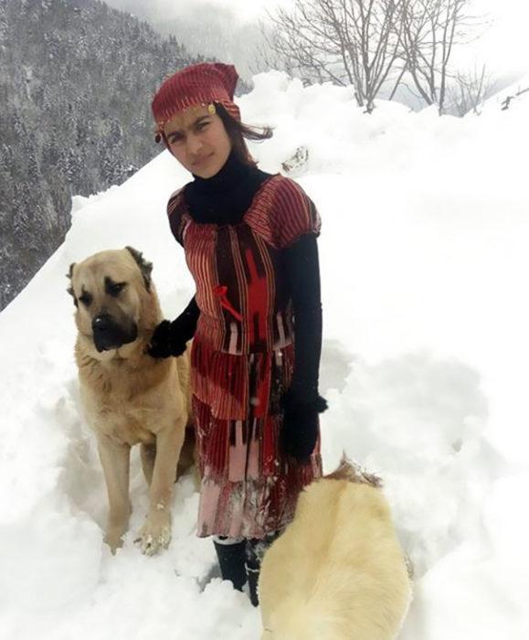 Chica pastora junto a su perro