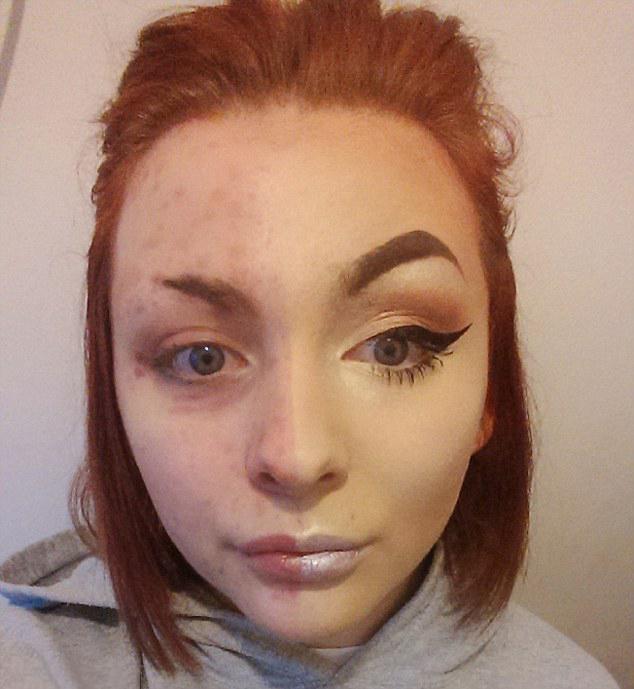 Chica con la mitad de su rostro maquillado