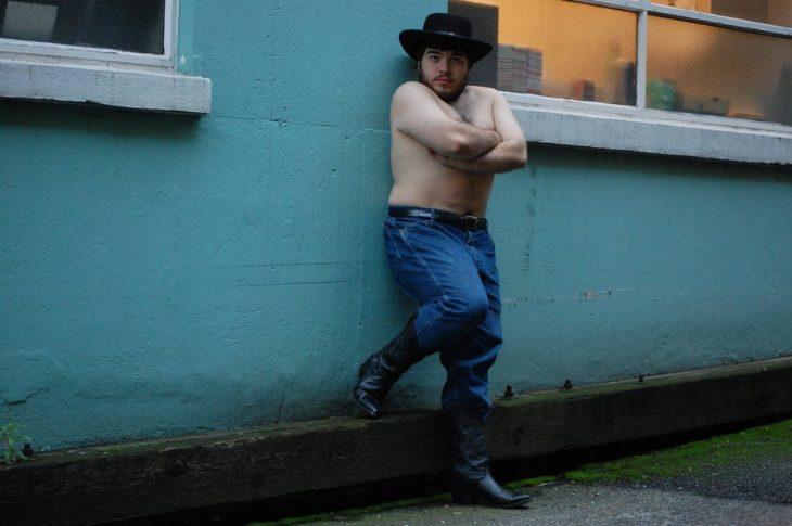 Chico posando sexy para un calendario