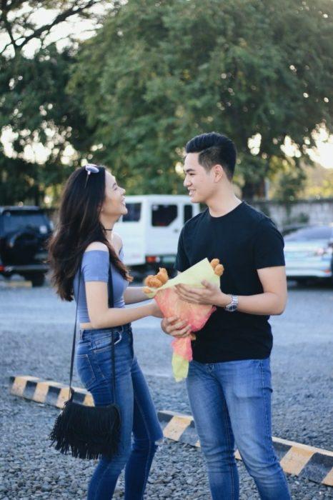 Chico que le regaló a su novia un ramo de nuggets