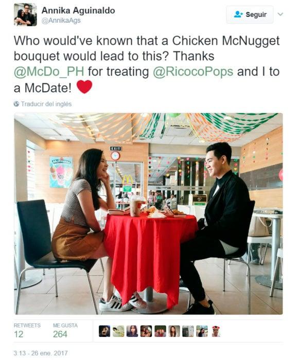 Chicos teniendo una cena romántica en mcdonalds