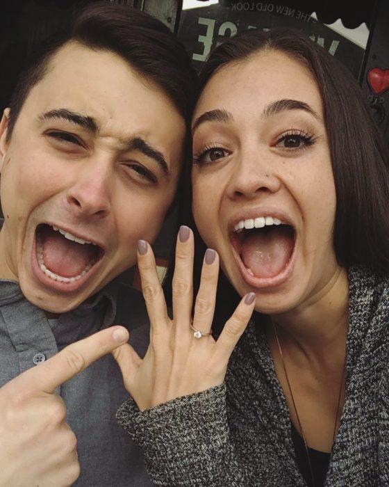 Chica y chico con anillo de compromiso