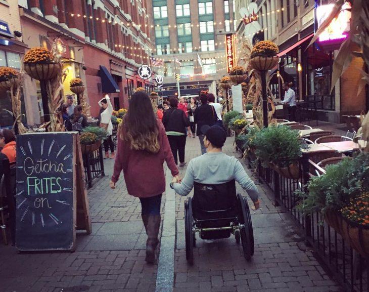 Amanda y Todd de la mano
