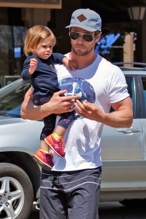 Chris Hemsworth con su hija en brazos