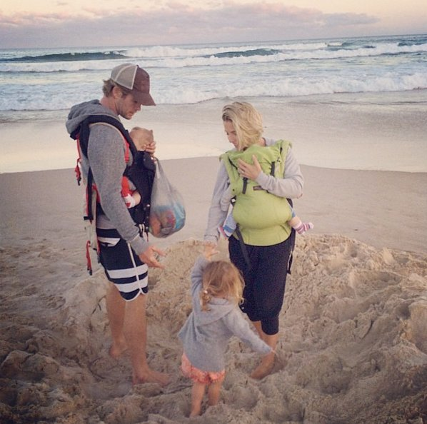 Chris Hemsworth con su familia en la playa