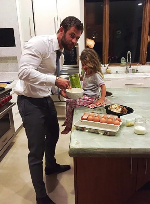 Chris Hemsworth cocinando