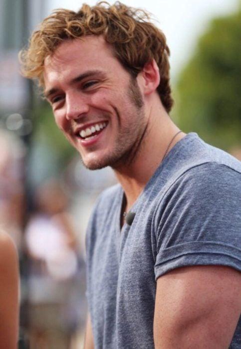 hombre con playera gris sonriendo