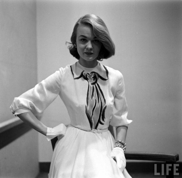 Mujer usando un vestido pintado a mano y creado para la casa de modas de Hermes en 1950
