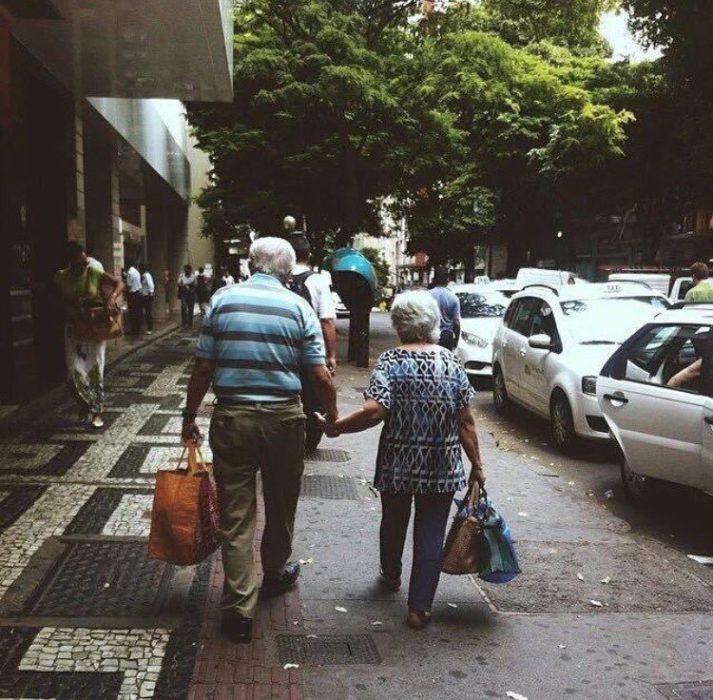par de ancianos tomados de la mano