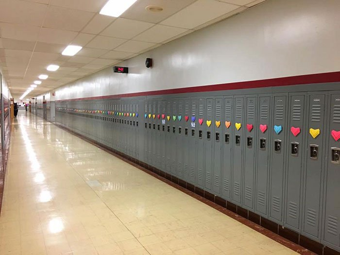 pasillo de escuela con corazones