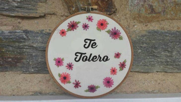 bastidor con frase y flores bordadas