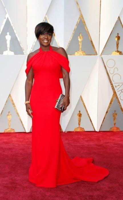 mujer morena con vestido rojo