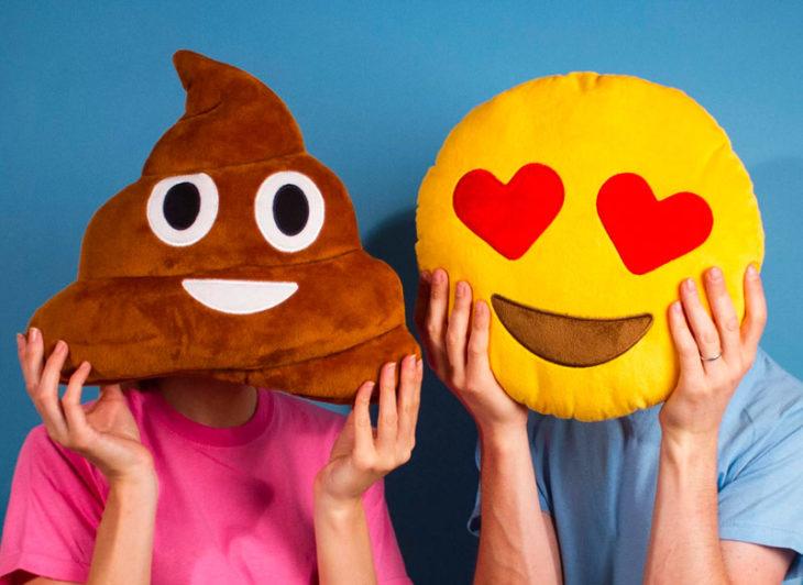 almohadas con forma de emoji