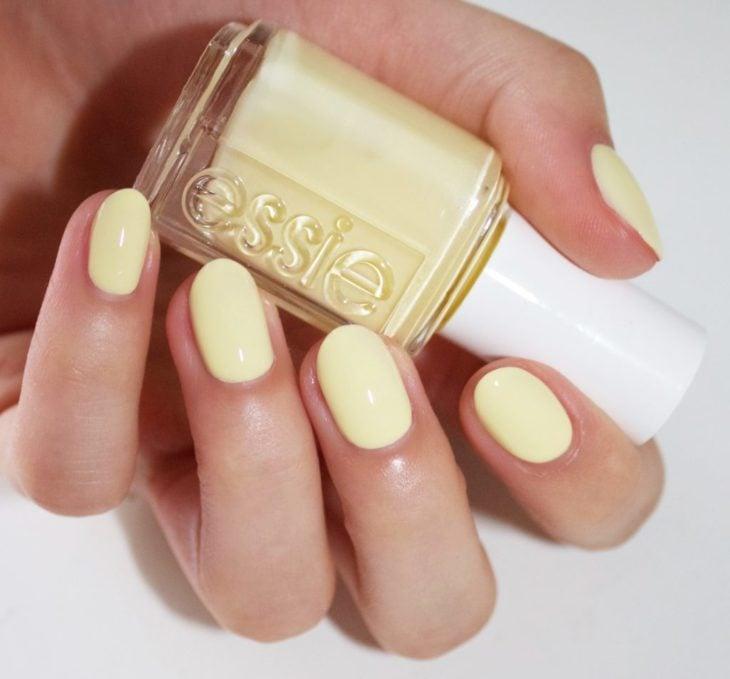 Esmalte de uñas color amarillo