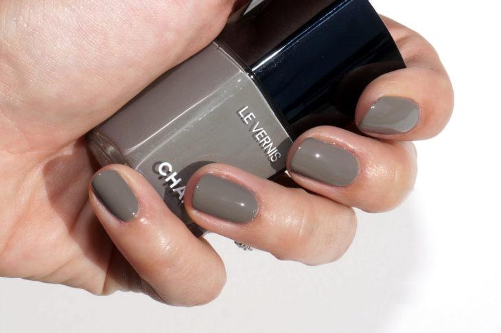 Esmalte para uñas color gris