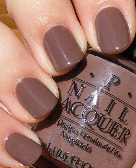 Esmalte de uñas en tono marrón