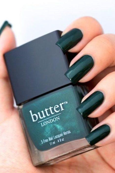Esmalte de uñas en tono verde