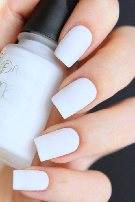 Esmalte de uñas en tono blanco