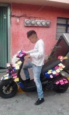 Chico con una motoneta llena de post it