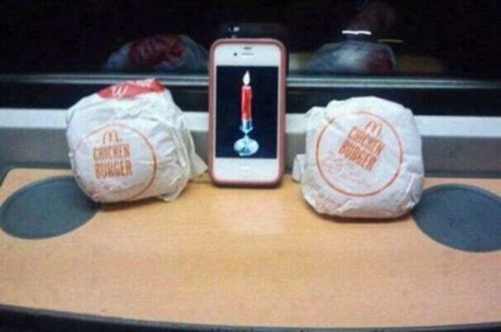 Hamburguesas con una vela en medio
