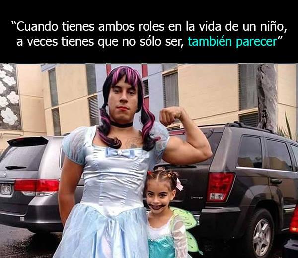 Padre soltero vestido como princesa junto con su hija