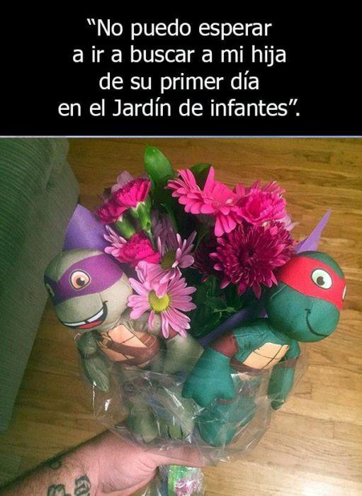 Padre soltero regalando flores a su hija