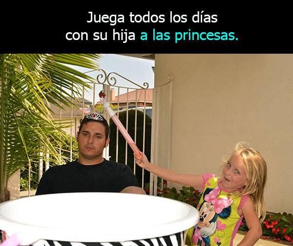 Padre soltero jugando con su hija a ser princesa