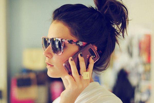 chica hablando por móvil