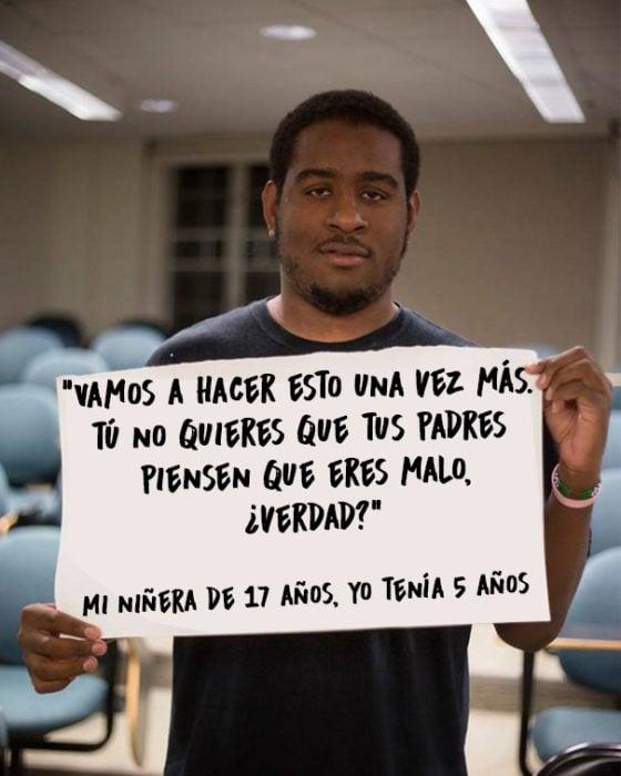 Hombre que fue victima de abuso sexual mostrando un mensaje