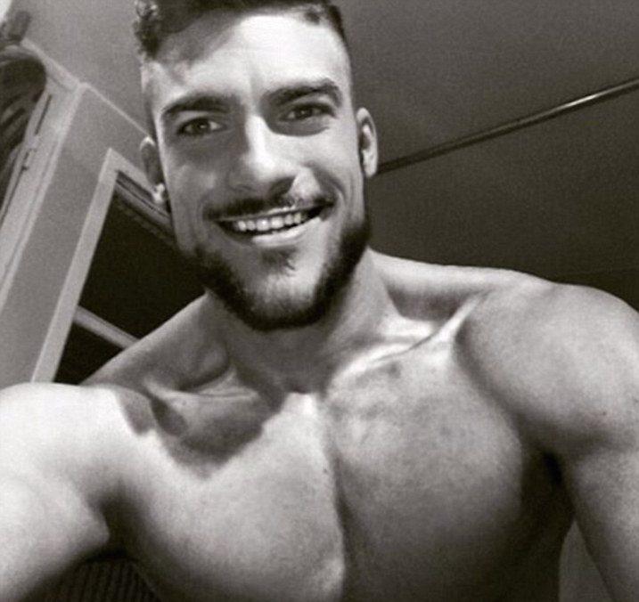 hombre sin playera sonriendo