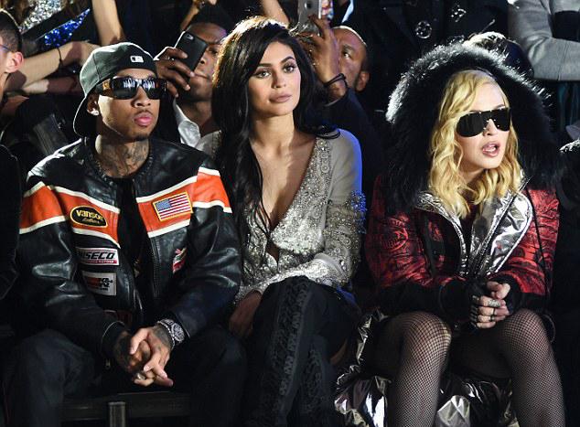 Kylie Jenner, Tyga y Maddona viendo un desfile de modas
