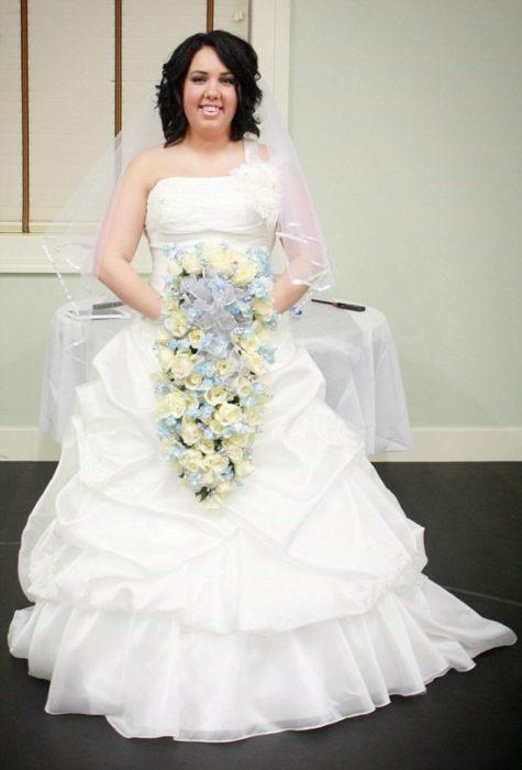 Chica quema su vestido de novia para celebrar su divorcio
