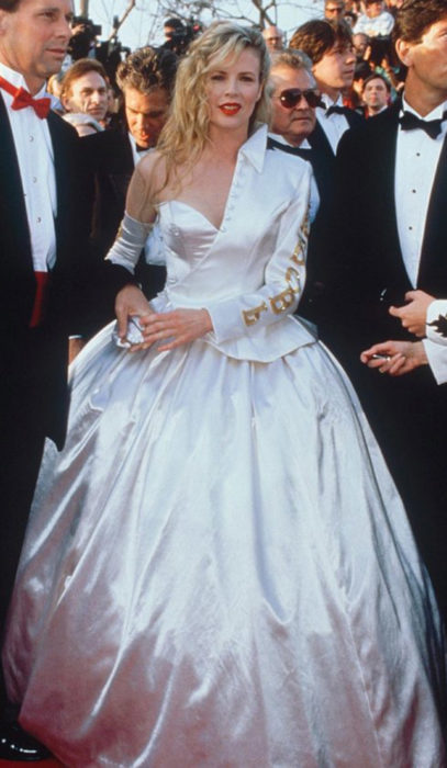 mujer rubia con vestido blanco