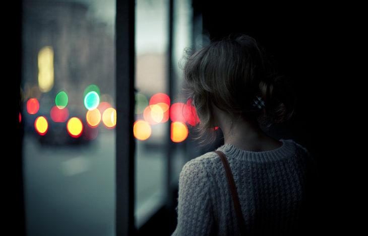 chia mirando por la ventana