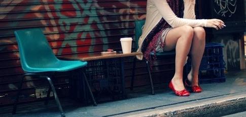 chica esperando en unabanca
