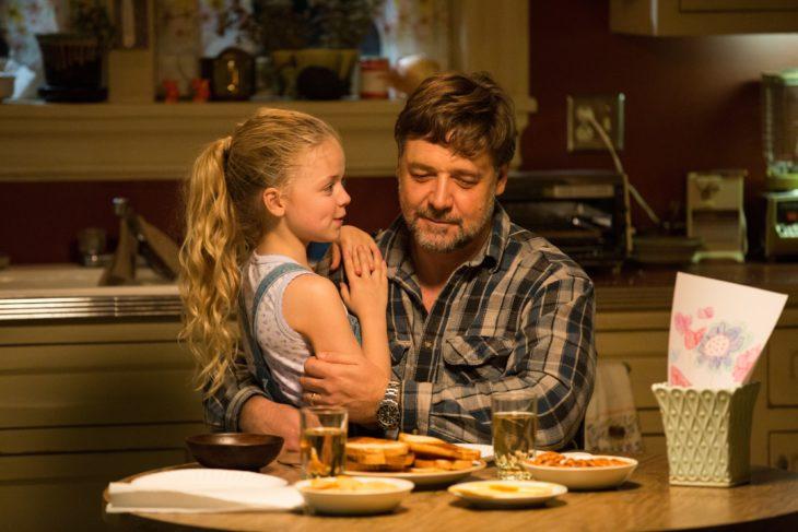 Padre e hija hablando en la cocina