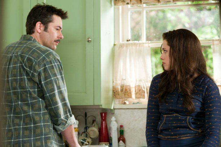 Padre e hija conversando en la cocina de su casa
