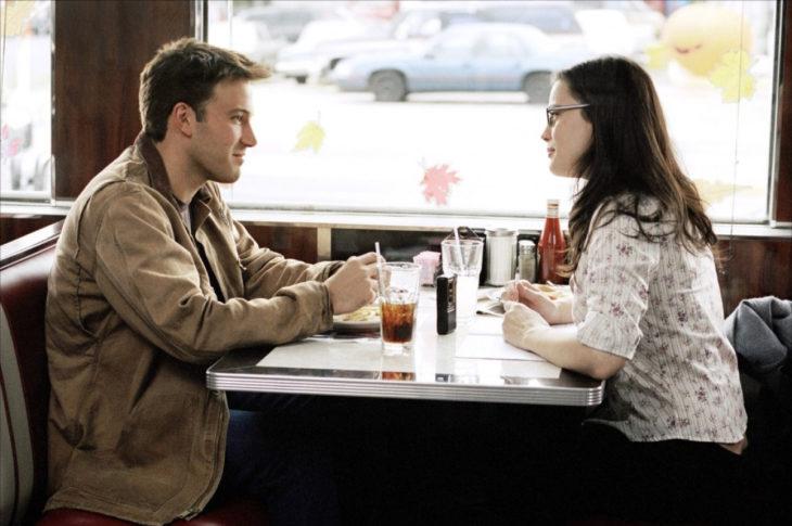Padre e hija hablando en un restaurante