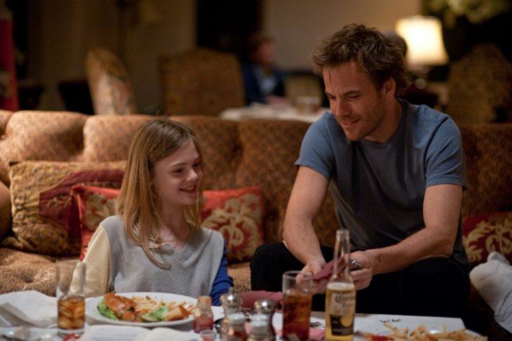 Padre e hija hablando mientras comen