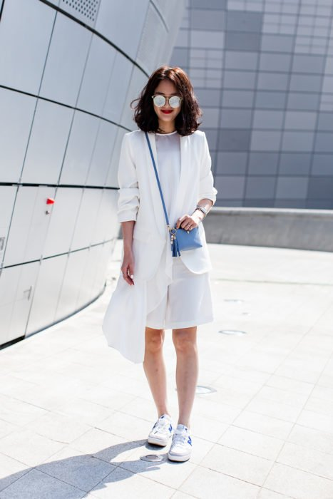 Chica vestida de color blanco