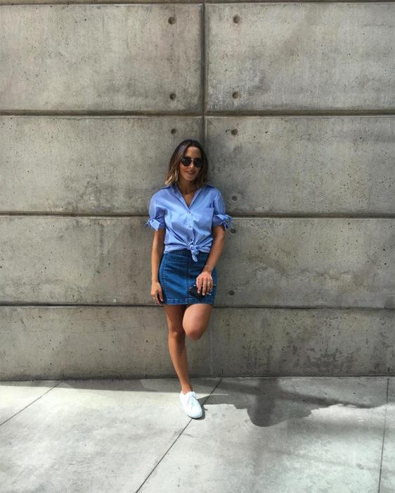 Chica usando falta y blusa de mezclilla