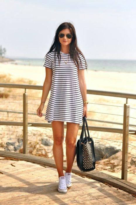 Chica usando un vestido a rayas