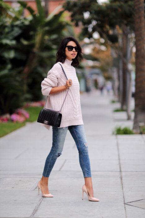 Chica usando unos skinny jeans y un suéter largo