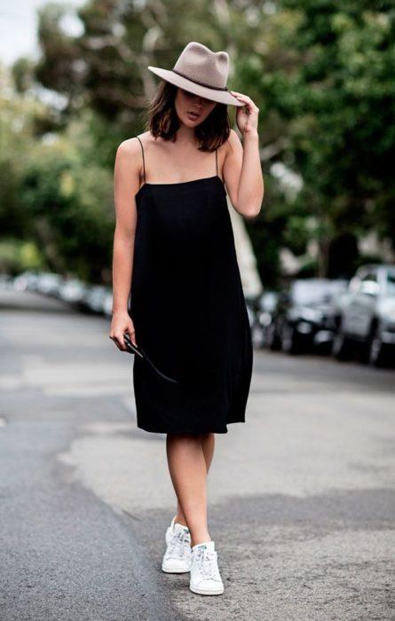 Chica usando un vestido en color negro
