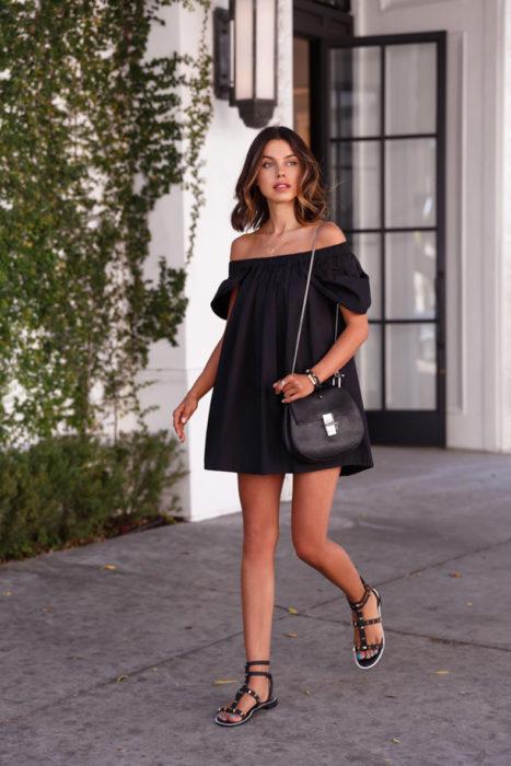 Chica usando un vestido corto hasta los hombros