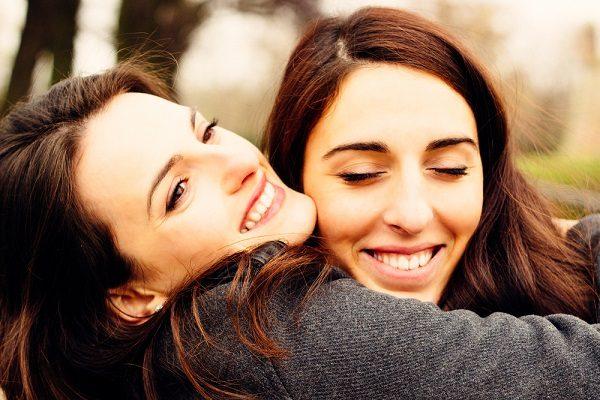 chicas abrazandose y sonriendo