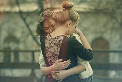 chicas abrazandose