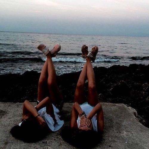 chicas viendo la playa